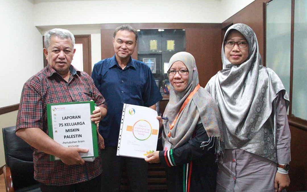 Laporan Penajaan Keluarga Miskin Palestin diserah kepada Presiden Pertubuhan IKRAM Malaysia