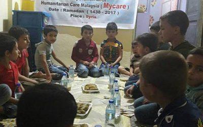 Pengagihan pek iftar di Idlib, Syria