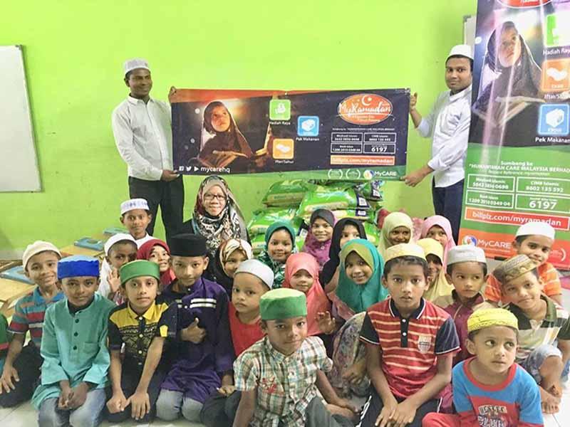 Agihan pek makanan untuk pelarian Rohingya di Lembah Klang