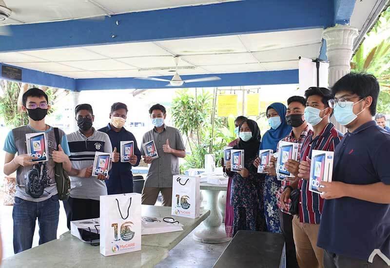 Penyerahan peranti tablet kepada pelajar B40 SMK Sri Indah